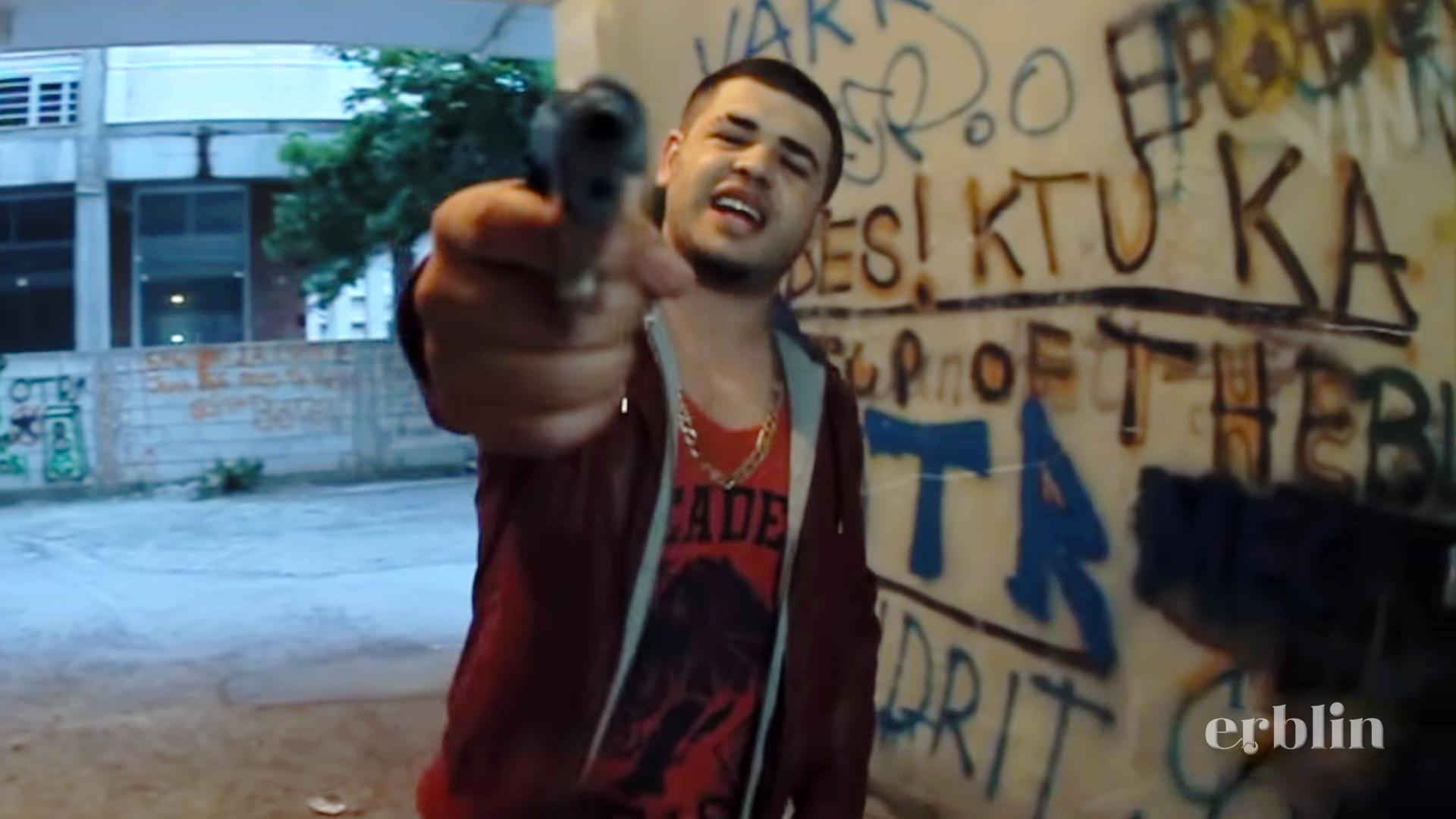 Noizy me pistoletë në videoklipin Ganz Up!